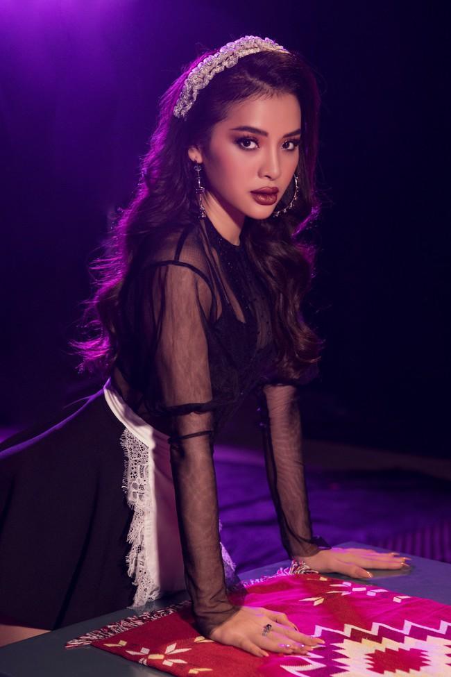 Phương Trinh Jolie đi tất lưới, diện áo mỏng tang hóa thân thành... cô hầu gái sexy bỏng mắt - Ảnh 1.