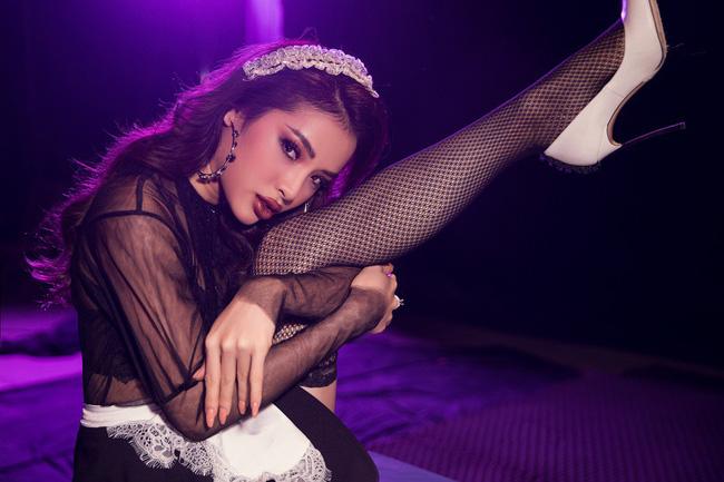 Phương Trinh Jolie đi tất lưới, diện áo mỏng tang hóa thân thành... cô hầu gái sexy bỏng mắt - Ảnh 4.