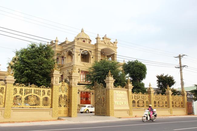 Sự thật về gia chủ và căn biệt thự dát toàn vàng ở Bà Rịa - Vũng Tàu - Ảnh 3.