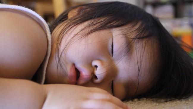 Đang ngủ trưa ở trường mẫu giáo, bé trai 5 tuổi miệng thâm đen, không thể thở và đột tử trong tích tắc - Ảnh 2.