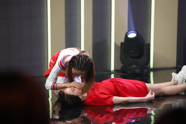 Hari Won sốc khi liên tục bị Puka cưỡng hôn trên sóng truyền hình  - Ảnh 10.
