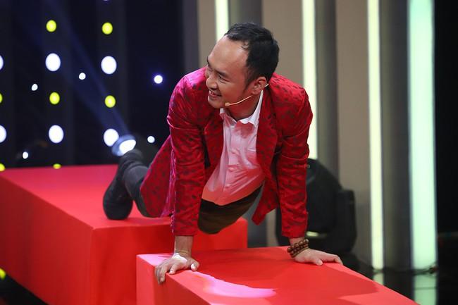 Hari Won sốc khi liên tục bị Puka cưỡng hôn trên sóng truyền hình  - Ảnh 4.