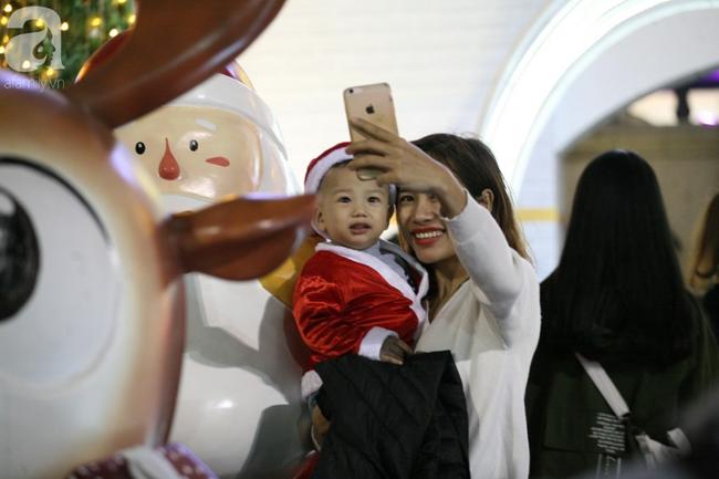 Hà Nội: Triệu người đổ đi chơi Giáng sinh, đường phố đông nghẹt thở, trẻ nhỏ thi nhau trèo lên vai cha mẹ - Ảnh 13.