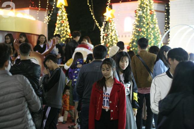 Hà Nội: Triệu người đổ đi chơi Giáng sinh, đường phố đông nghẹt thở, trẻ nhỏ thi nhau trèo lên vai cha mẹ - Ảnh 16.