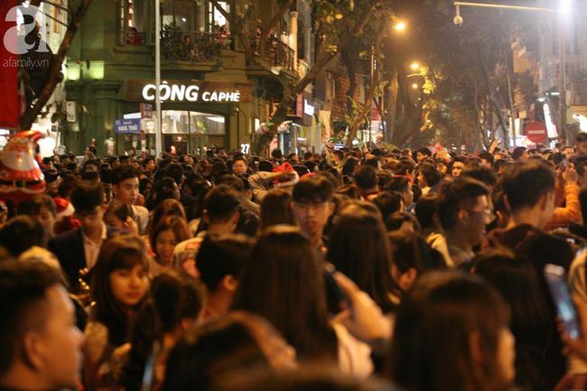Hà Nội: Triệu người đổ đi chơi Giáng sinh, đường phố đông nghẹt thở, trẻ nhỏ thi nhau trèo lên vai cha mẹ - Ảnh 1.