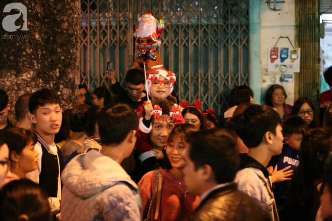Hà Nội: Triệu người đổ đi chơi Giáng sinh, đường phố đông nghẹt thở, trẻ nhỏ thi nhau trèo lên vai cha mẹ - Ảnh 3.
