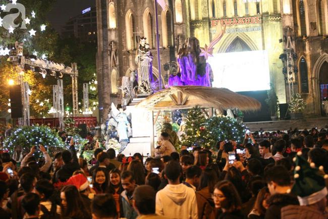 Hà Nội: Triệu người đổ đi chơi Giáng sinh, đường phố đông nghẹt thở, trẻ nhỏ thi nhau trèo lên vai cha mẹ - Ảnh 4.