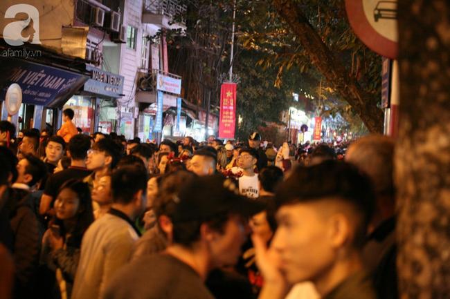 Hà Nội: Triệu người đổ đi chơi Giáng sinh, đường phố đông nghẹt thở, trẻ nhỏ thi nhau trèo lên vai cha mẹ - Ảnh 5.