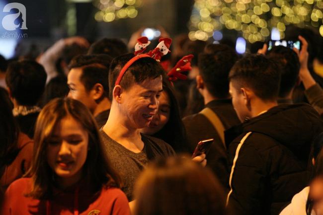 Hà Nội: Triệu người đổ đi chơi Giáng sinh, đường phố đông nghẹt thở, trẻ nhỏ thi nhau trèo lên vai cha mẹ - Ảnh 7.