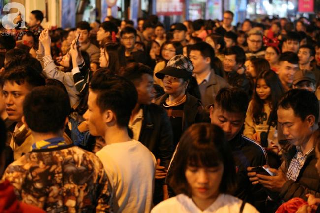 Hà Nội: Triệu người đổ đi chơi Giáng sinh, đường phố đông nghẹt thở, trẻ nhỏ thi nhau trèo lên vai cha mẹ - Ảnh 8.