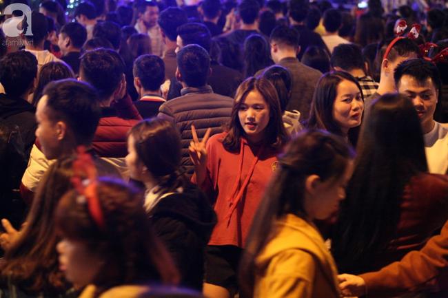 Hà Nội: Triệu người đổ đi chơi Giáng sinh, đường phố đông nghẹt thở, trẻ nhỏ thi nhau trèo lên vai cha mẹ - Ảnh 9.