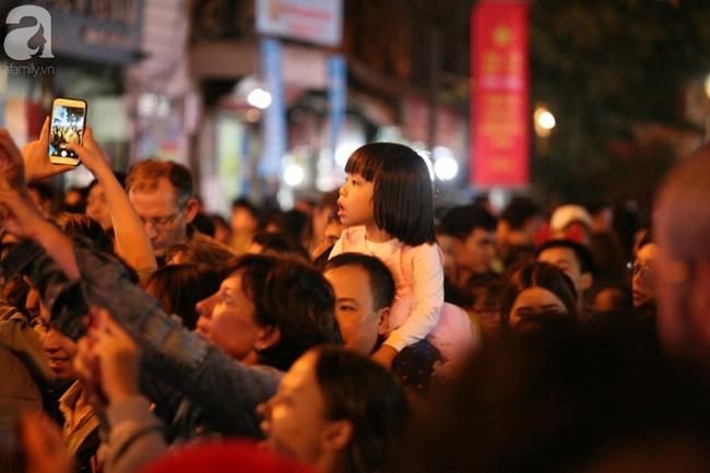 Hà Nội: Triệu người đổ đi chơi Giáng sinh, đường phố đông nghẹt thở, trẻ nhỏ thi nhau trèo lên vai cha mẹ - Ảnh 10.