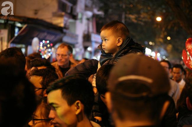 Hà Nội: Triệu người đổ đi chơi Giáng sinh, đường phố đông nghẹt thở, trẻ nhỏ thi nhau trèo lên vai cha mẹ - Ảnh 12.