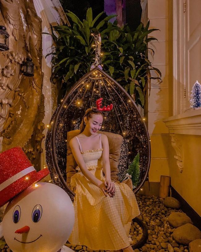 Tiết kiệm hết cỡ như Minh Hằng: Diện váy đi biển mùa hè để mừng Giáng sinh nhưng vẫn đẹp lung linh miễn bàn - Ảnh 1.