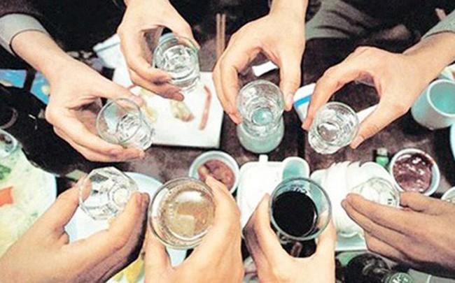 3 người hôn mê do ngộ độc rượu sau tiệc Noel, chuyên gia cảnh báo cẩn trọng ngộ độc rượu dịp cuối năm - Ảnh 1.