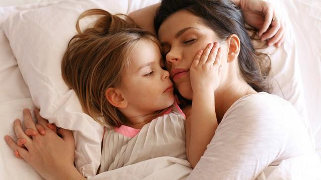 Nằm cùng con cho đến khi con ngủ, thói quen không xấu như mọi người vẫn nghĩ - Ảnh 1.