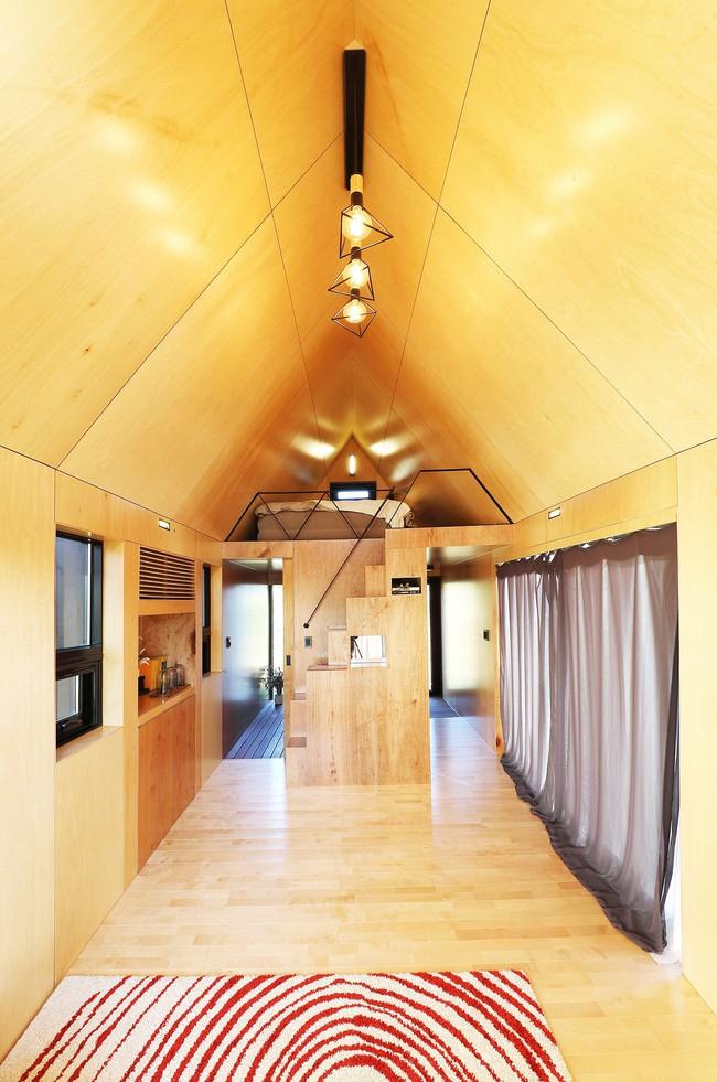 Thiết kế nhà nhỏ 20m² ấn tượng với phòng ngủ trên gác xép vừa đáng yêu vừa siêu tiết kiệm - Ảnh 2.