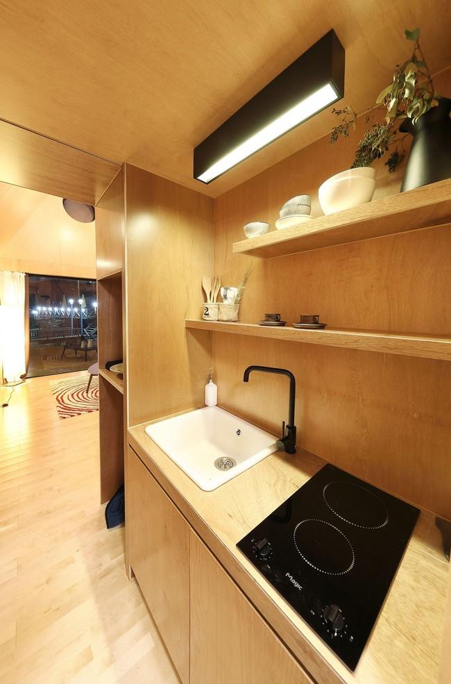 Thiết kế nhà nhỏ 20m² ấn tượng với phòng ngủ trên gác xép vừa đáng yêu vừa siêu tiết kiệm - Ảnh 7.