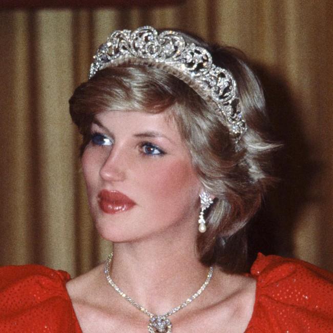 Biểu tượng sắc đẹp như Marilyn Monroe, Công nương Diana trông sẽ như thế này khi bơm môi, sửa mũi theo xu hướng thời nay - Ảnh 1.