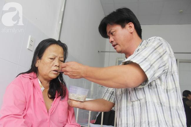 Đường cùng của người con trai cụt tay, gởi con ở quê để vào bệnh viện nuôi mẹ già suy thận mạn giai đoạn cuối - Ảnh 8.