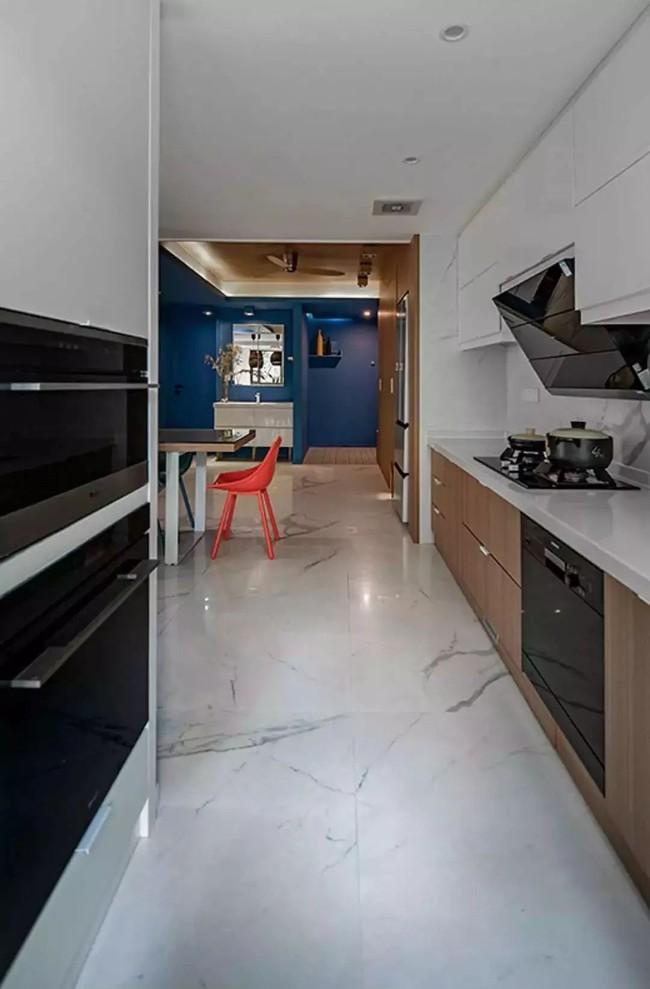 Nhà trong phố tạo cảm giác rộng gấp đôi với cách kết hợp màu táo bạo của vợ chồng trẻ từng du học Hà Lan - Ảnh 15.