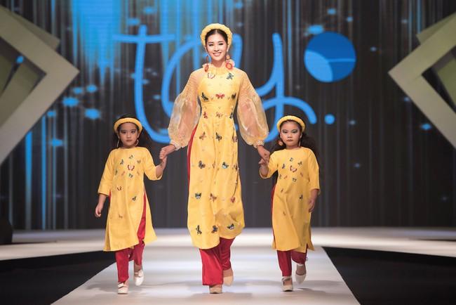 Cùng làm vedette, HH Tiểu Vy diện áo dài duyên dáng cạnh tranh với HH Phương Khánh trong thiết kế đầm xẻ cao tít - Ảnh 2.
