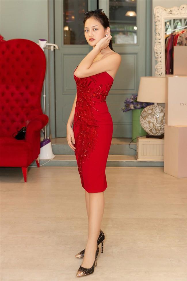 Cùng mặc đầm đỏ xẻ tà cao tít tắp, Tiểu Vy và Phương Khánh ai quyến rũ hơn ai? - Ảnh 6.