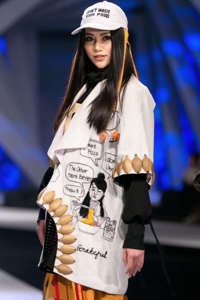 Cùng làm vedette, HH Tiểu Vy diện áo dài duyên dáng cạnh tranh với HH Phương Khánh trong thiết kế đầm xẻ cao tít - Ảnh 8.