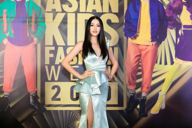 Cùng làm vedette, HH Tiểu Vy diện áo dài duyên dáng cạnh tranh với HH Phương Khánh trong thiết kế đầm xẻ cao tít - Ảnh 5.