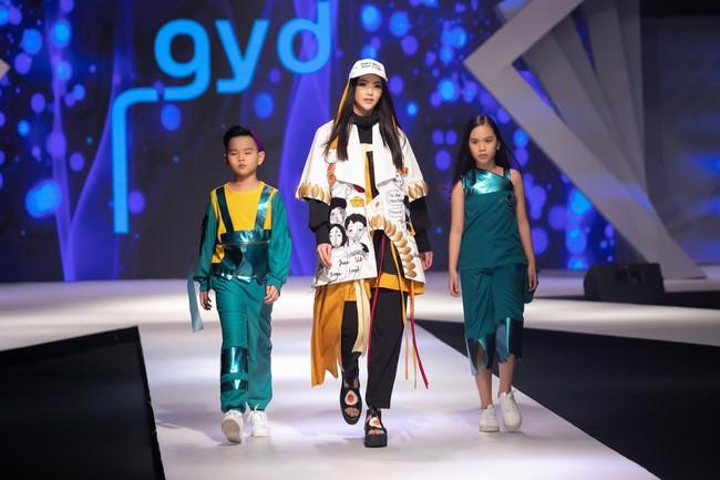 Cùng làm vedette, HH Tiểu Vy diện áo dài duyên dáng cạnh tranh với HH Phương Khánh trong thiết kế đầm xẻ cao tít - Ảnh 7.