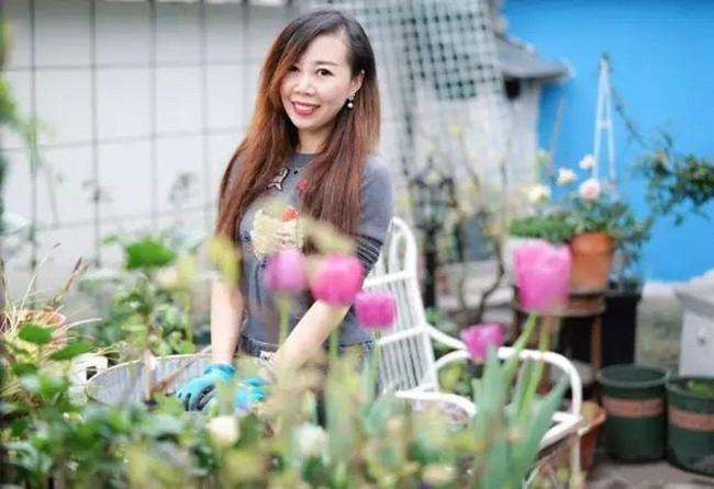 Khu vườn dịu dàng nét xuân, trăm hoa đua nở trên sân thượng 88m² của bà mẹ hai con  - Ảnh 2.