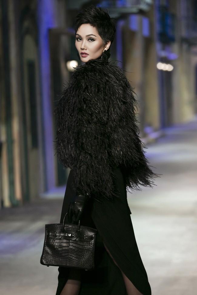 Thần thái catwalk tại show Đỗ Mạnh Cường quá đỉnh, netizen quốc tế khuyên HHen Niê nên thẳng tiến đến Paris Fashion Week - Ảnh 3.