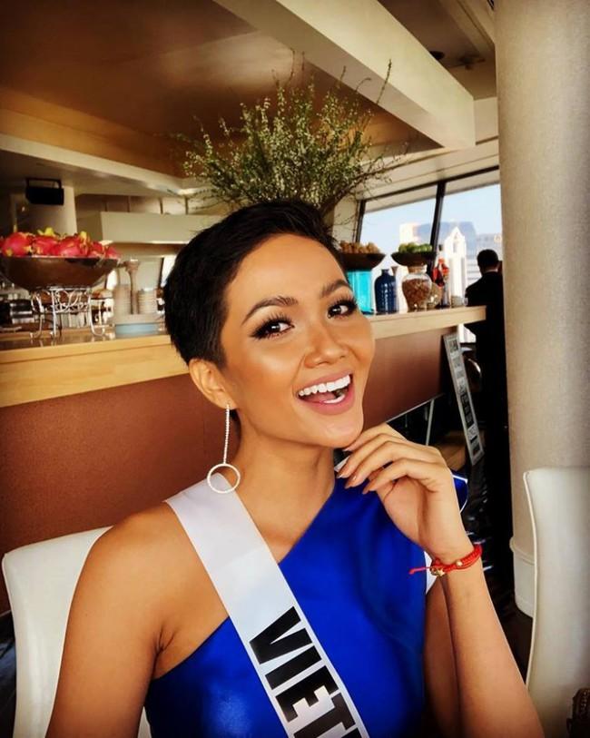 HHen Niê xử đẹp trang phục khó nhằn, tự tin tạo dáng trong buổi chụp hình tại Miss Universe 2018 - Ảnh 4.