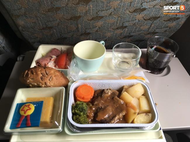 Món ăn khiến đội tuyển Việt Nam bất ngờ trên máy bay từ Philippines về Hà Nội - Ảnh 4.