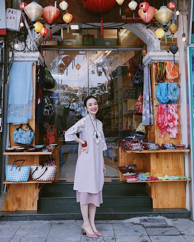 """Thời trang """"phang"""" thời tiết như Angela Phương Trinh và Tiểu Vy: Nàng diện croptop, cô mặc áo dài tung tăng giữa trời 11 độ - Ảnh 1."""