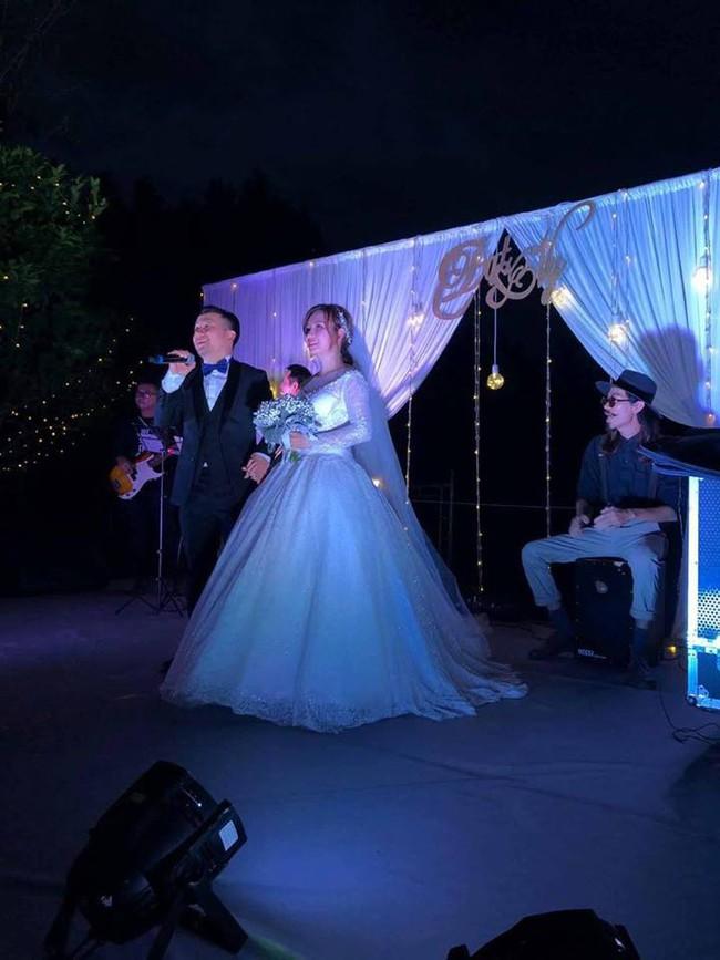 Tiến Đạt bảnh bao, vừa hát vừa dắt tay cô dâu Thụy Vy vào tiệc vu quy - Ảnh 3.