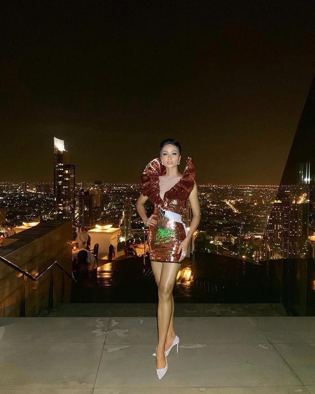 Hoa hậu HHen Niê một mình một chiến tuyến với kiểu đầm lấp lánh hết phần thiên hạ - Ảnh 3.
