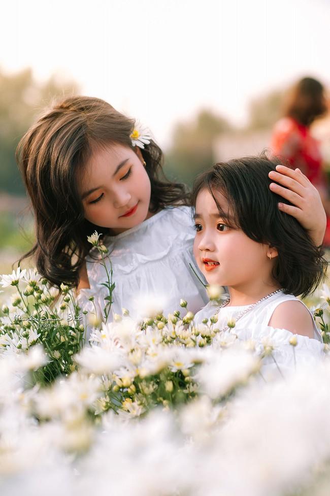 Đánh bại tất cả các bộ ảnh khác, 2 chị em soán ngôi công chúa mùa cúc họa mi năm nay vì quá xinh - Ảnh 2.