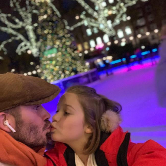 Con gái 7 tuổi bố vẫn hôn môi con, có nên thể hiện tình cảm theo cách mà Beckham vẫn làm? - Ảnh 1.