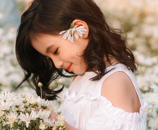Cô bé sở hữu khuôn mặt xinh như thiên thần cùng thần thái thu hút.