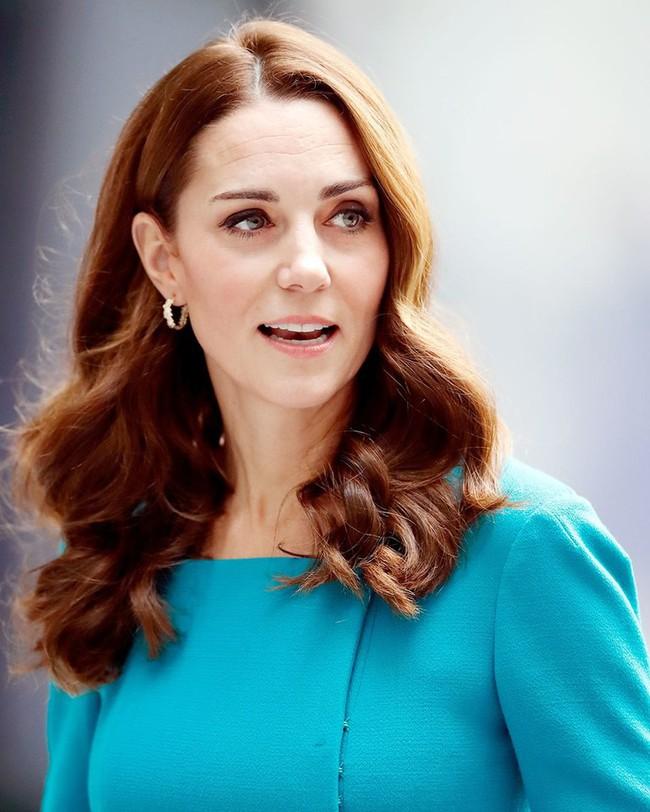 Đưa lên bàn cân so sánh, người hâm mộ phải thừa nhận hai chị em dâu Kate và Meghan khác nhau một trời một vực - Ảnh 6.