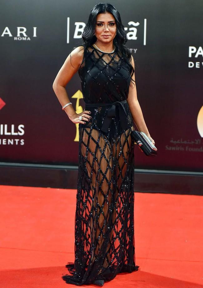 """Mặc váy đen xuyên thấu, nữ diễn viên nổi tiếng của Ai Cập có nguy cơ ngồi tù 5 năm vì tội """"khoe thân"""" phản cảm - Ảnh 1."""