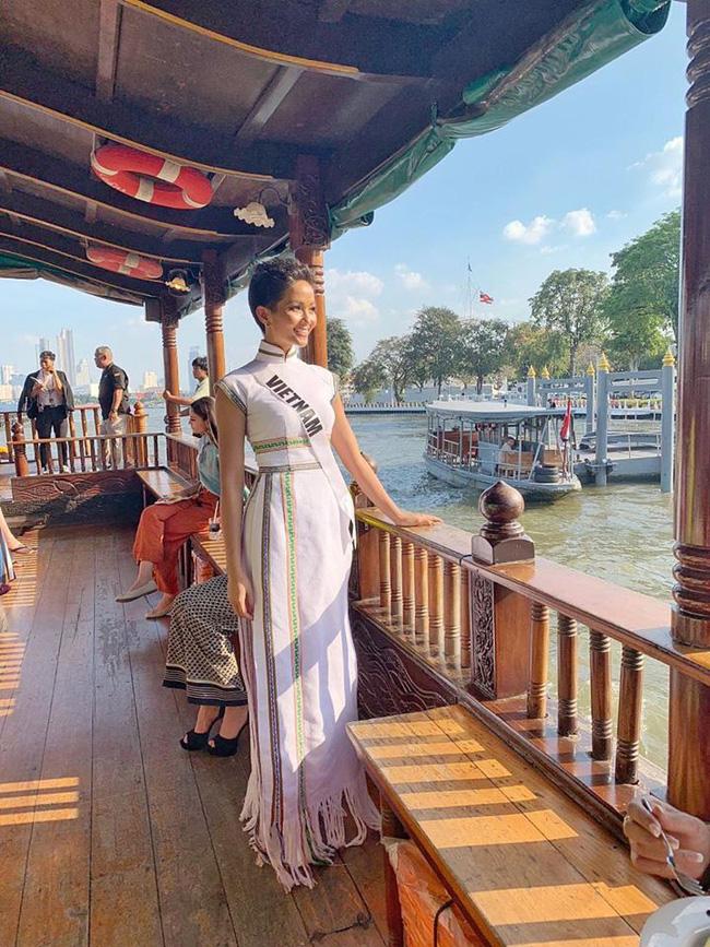 Giữa dàn cả trăm người đẹp, HHen Niê thuộc số hiếm được chọn xuất hiện trên Instagram của Vogue Thái với áo dài lạ - Ảnh 3.