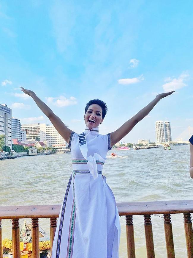 Giữa dàn cả trăm người đẹp, HHen Niê thuộc số hiếm được chọn xuất hiện trên Instagram của Vogue Thái với áo dài lạ - Ảnh 4.