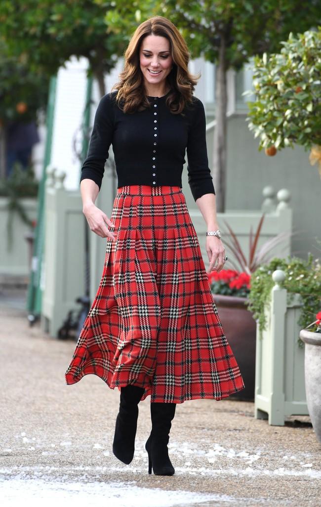 Hiếm lắm mới thấy Công nương Kate chịu chi thế này: Chỉ là chân váy thôi cũng đến gần 50 triệu - Ảnh 2.