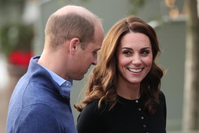 Khoảnh khắc hiếm hoi Công nương Kate nhìn chồng đắm đuối, sao chép hành động tình tứ này từ em dâu Meghan - Ảnh 3.
