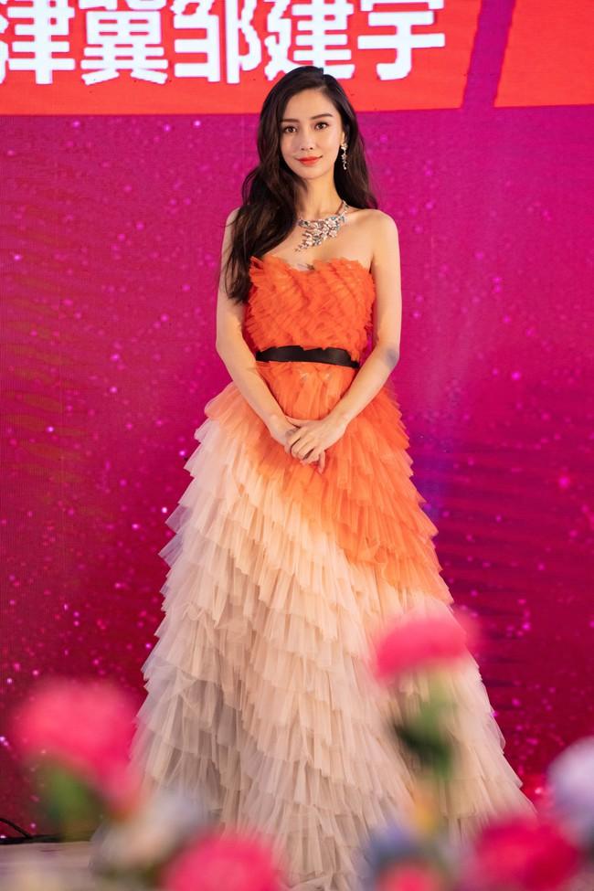 Dương Mịch – Angela Baby cùng diện đầm khoe ngực: người nóng bỏng, người vòng 1 nảy nở bất thường - Ảnh 2.