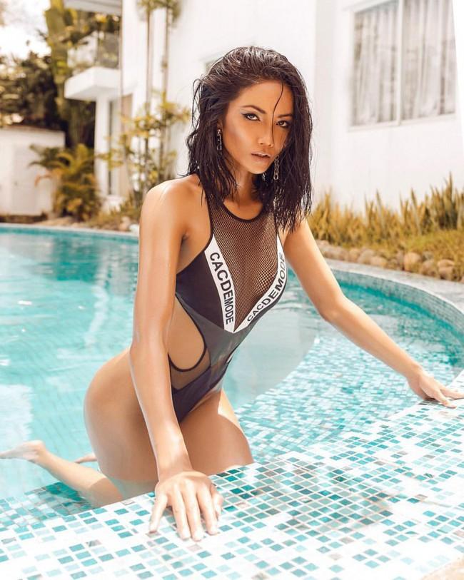 Pha đụng hàng bỏng mắt nhất Vbiz: Minh Tú và HHen Niê đọ body cực phẩm với cùng một thiết kế bikini táo bạo - Ảnh 3.