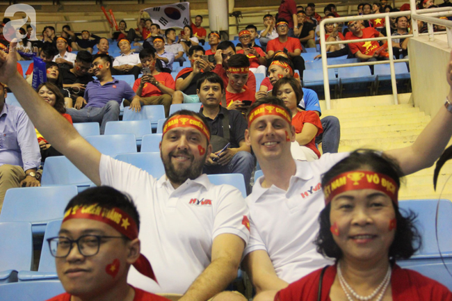 Tới đêm, hàng triệu người hâm mộ vẫn đổ xuống đường đi bão mừng Việt Nam vào Bán kết AFF Cup - Ảnh 30.