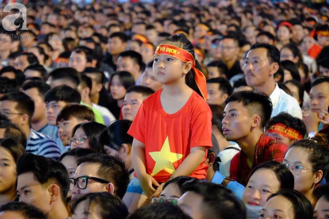 Tới đêm, hàng triệu người hâm mộ vẫn đổ xuống đường đi bão mừng Việt Nam vào Bán kết AFF Cup - Ảnh 26.